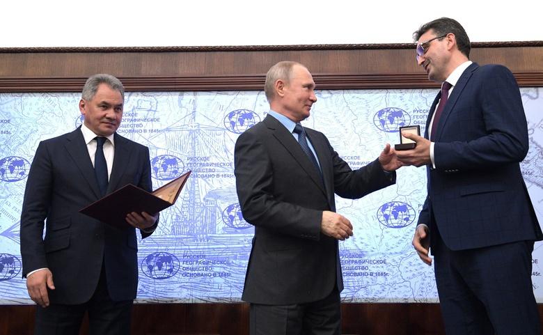 Путин вручил томскому отделению РГО медаль за исследование Сибири и мира