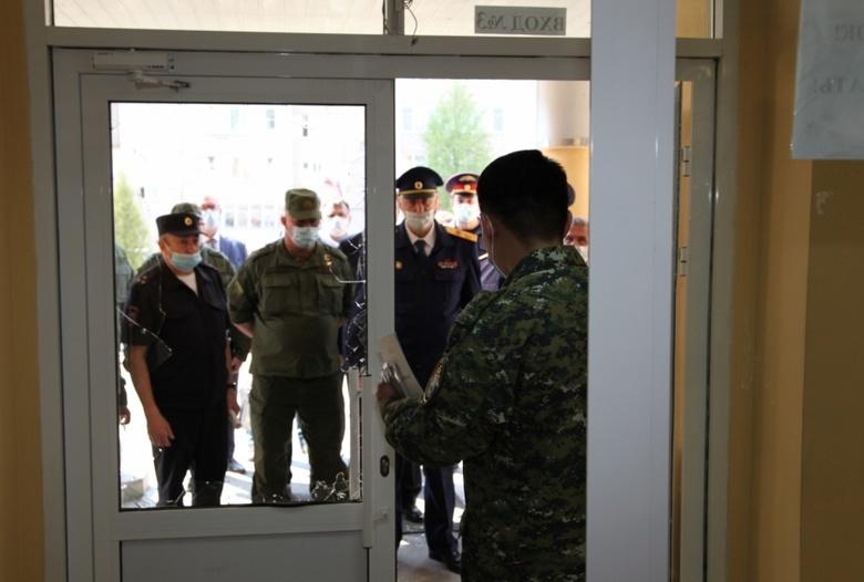 Силовики заходят в гимназию № 175 в Казани