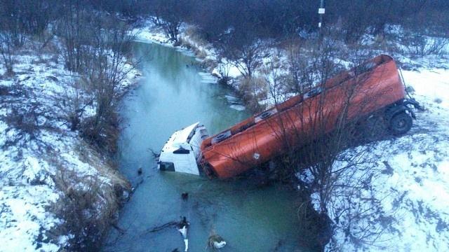 Груженый газовоз вылетел в реку с трассы в Томской области