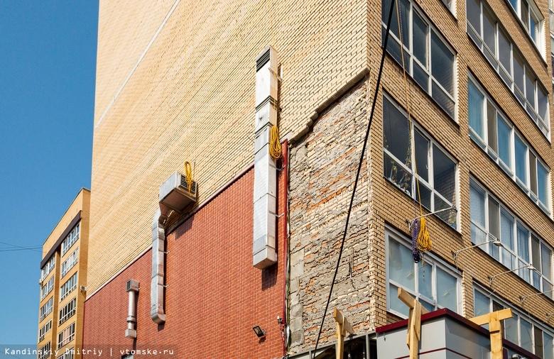 Рабочие демонтируют с торцов дома на Дальне-Ключевской облицовочный кирпич