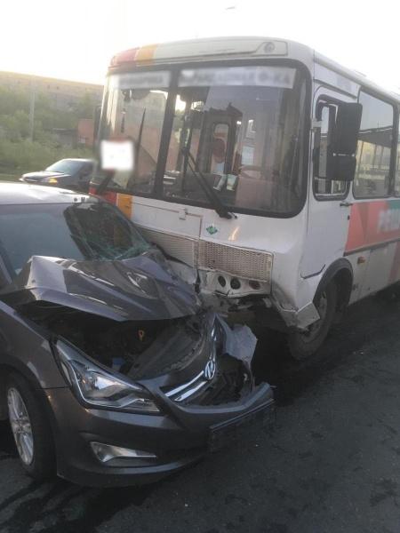 Водитель маршрутки врезался в легковушку в Томске. Полиция ищет очевидцев