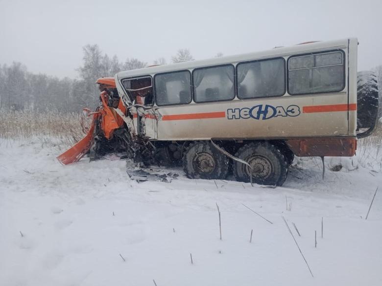 Томич за рулем вахтового автобуса погиб на трассе в Новосибирской области