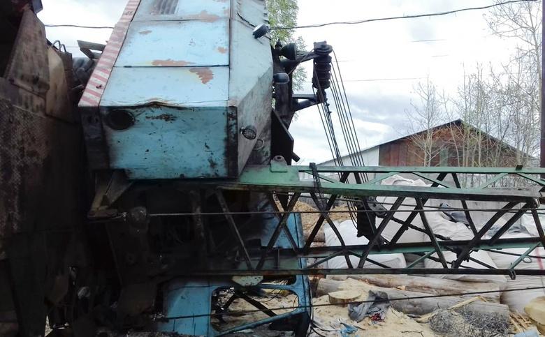 Мужчине зажало ногу после падения крана в Томске