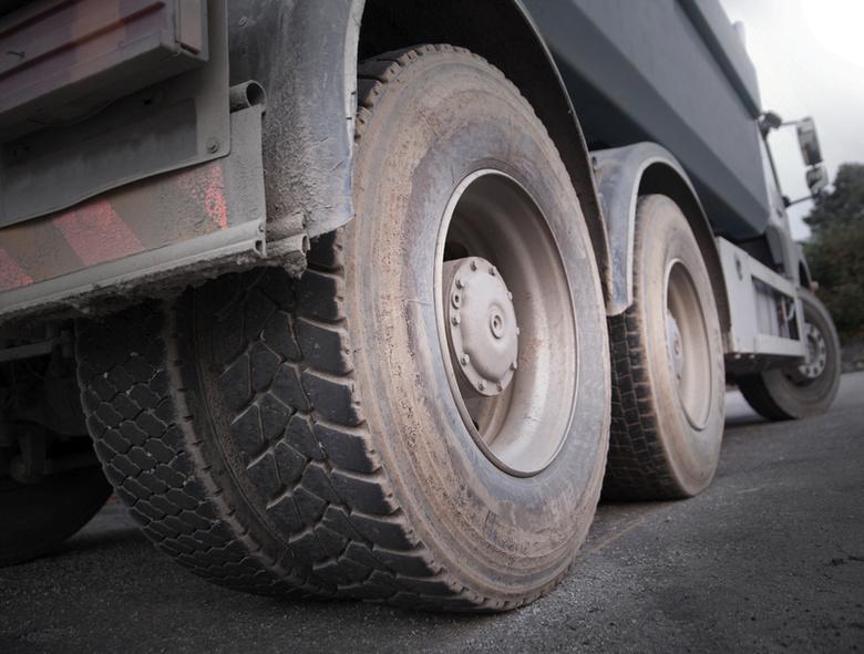 Жители Трифонова перекрыли дорогу, протестуя против движения грузовиков
