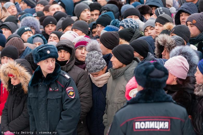 Давка образовалась у миграционного центра в Томске из-за выдачи РВП