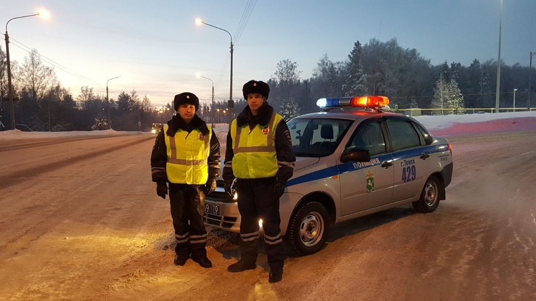 Сотрудники ГИБДД не дали замерзнуть заглохшим на трассе томичам