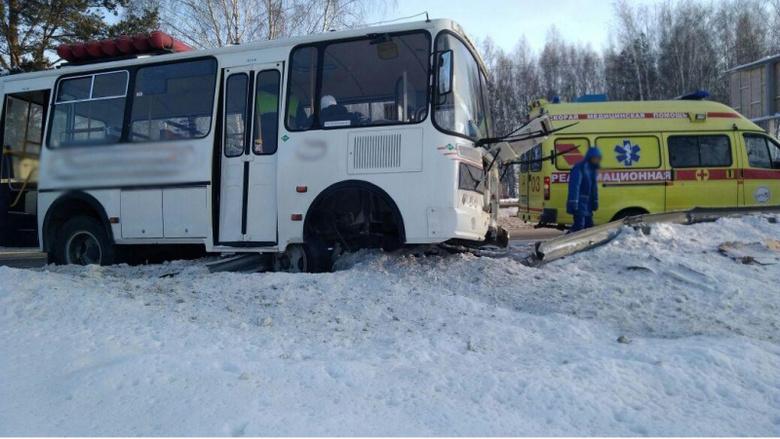 Маршрутка в Томске врезалась в ограждение, пострадали пассажиры