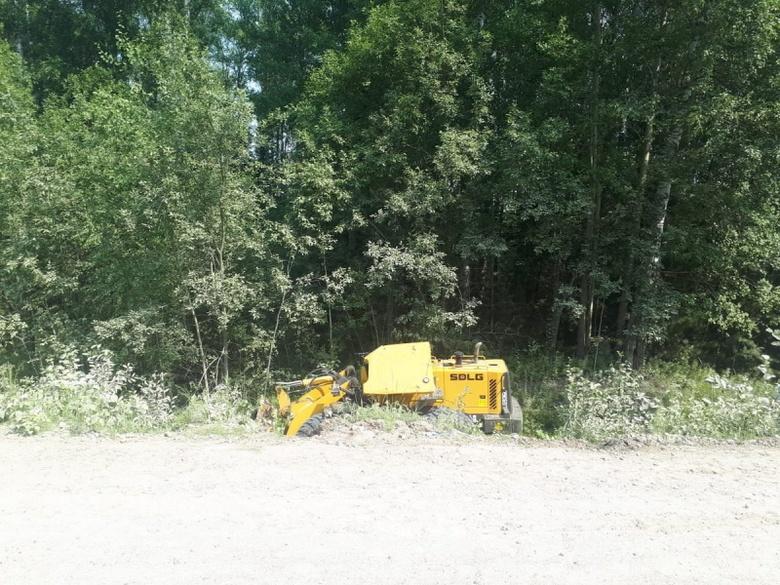 Погрузчик перевернулся на трассе в Томской области, водитель погиб на месте