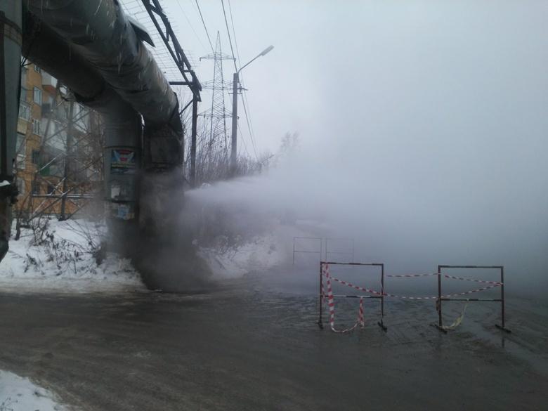Водопроводную трубу прорвало на перекрестке в Томске