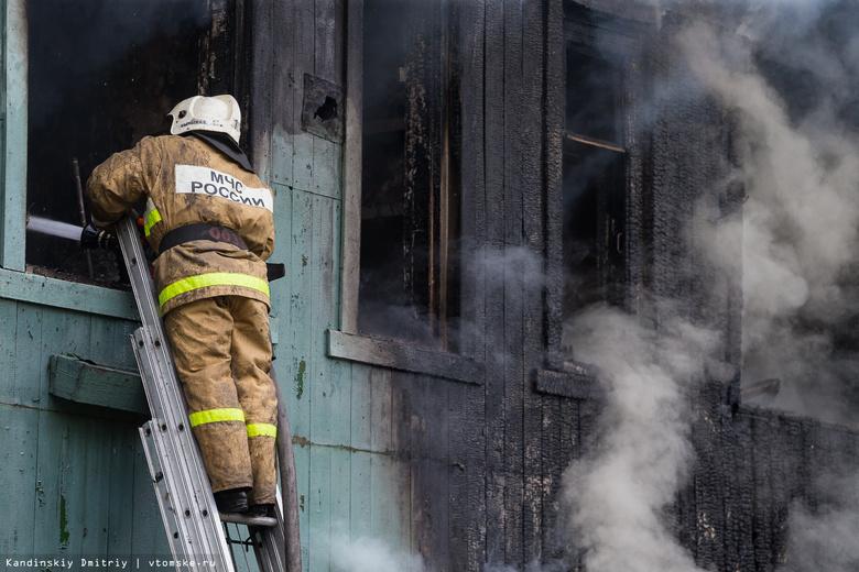 Пожарные спасли женщину из горящего дома в Колпашево