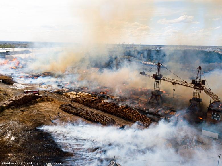 Все в огне: пожар разбушевался на складе пиломатериалов в Томске