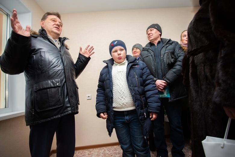 Первым двум семьям из аварийных домов вручили ключи от новых квартир в Томске