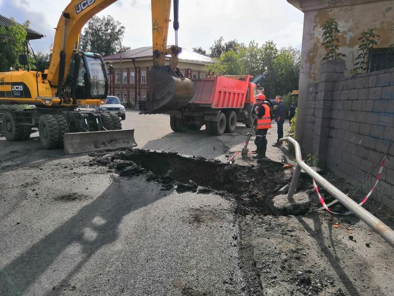 Томские коммунальщики раскопали заасфальтированную по ошибке дорогу