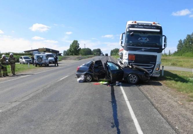 Водитель Toyota погиб после ДТП с грузовиком на томской трассе, еще трое пострадали