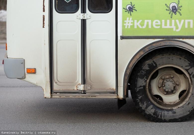 Пожилой мужчина выпал из маршрутки, которая отъезжала от остановки в Томске