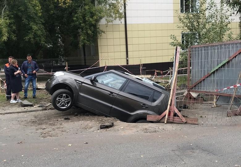 В Томске машина провалилась в яму, вырытую для ремонта теплотрассы