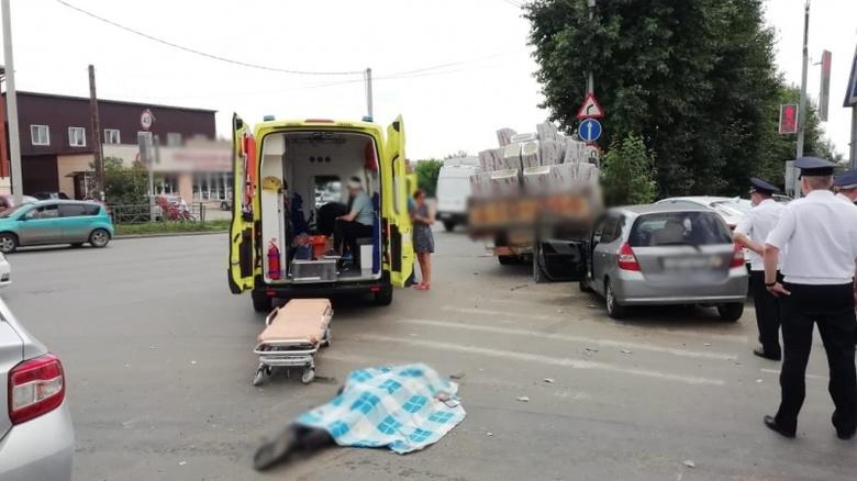 Водитель грузовика сбил трех пешеходов на Яковлева в Томске. Один погиб