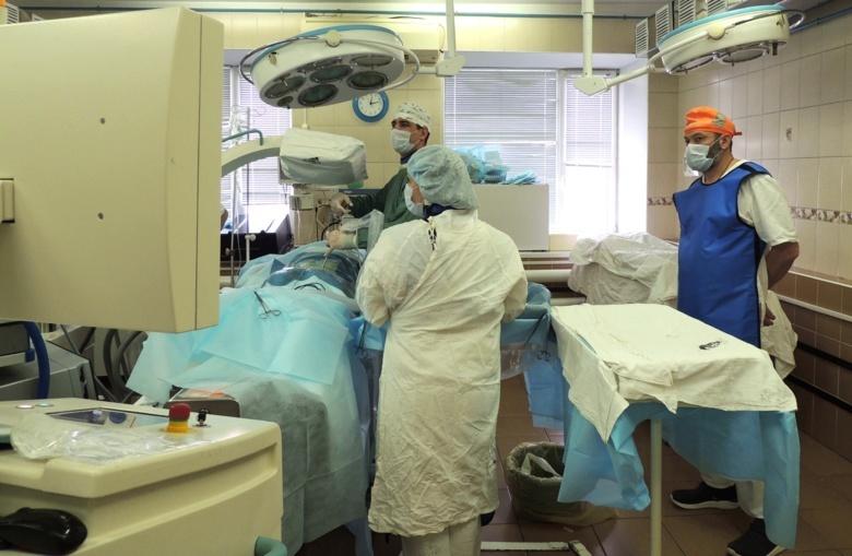 Томские нейрохирурги впервые провели редкую операцию на спину