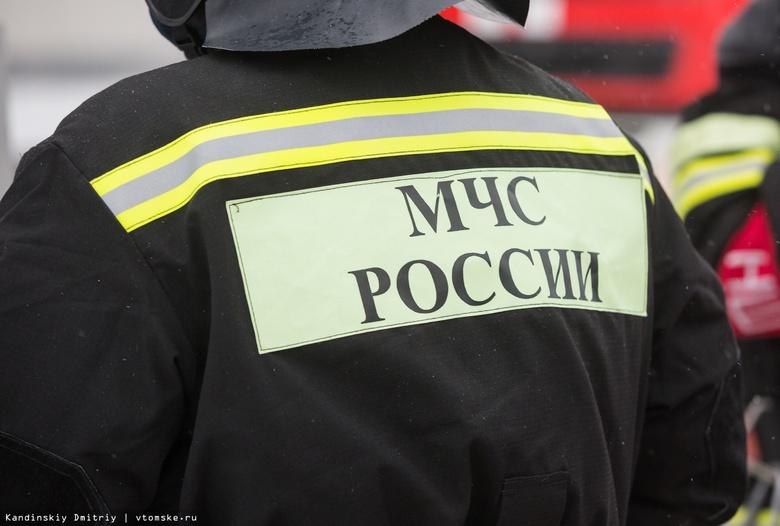 Пожарные вскрыли дверь горящей квартиры в Томске и спасли мужчину