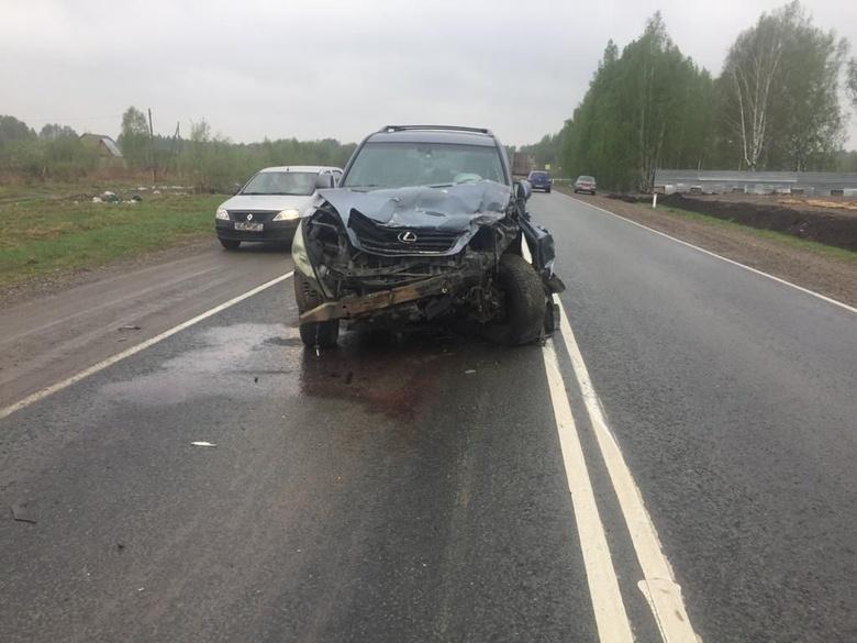 Lexus столкнулся с Mitsubishi в томском поселке, двое попали в больницу