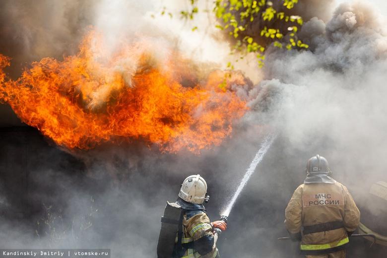 Жилой деревянный дом горит в Томске