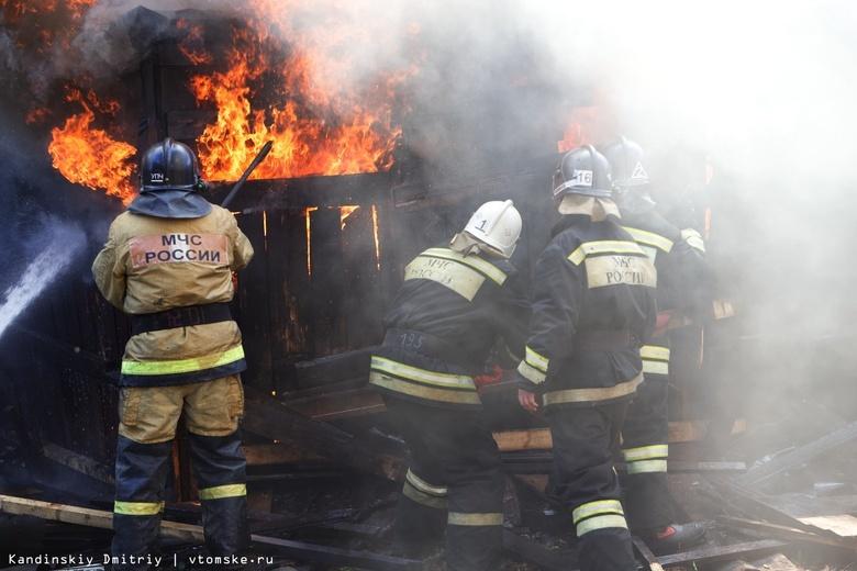Пожарные спасли троих человек через окно горящего дома в Асино