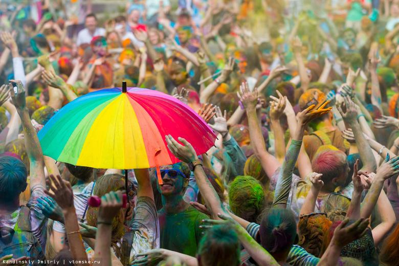 Около 7 тыс томичей устроили «бой» красками на фестивале в Лагерном саду