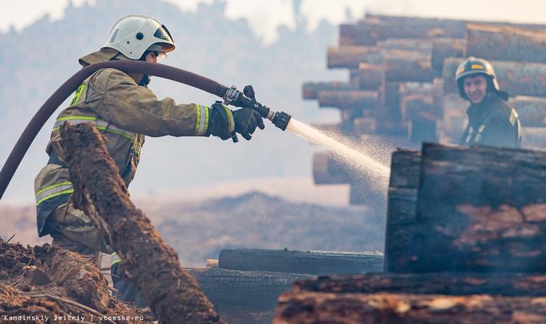 Более 16 часов тушили пожарные склад пиломатериалов в Томске