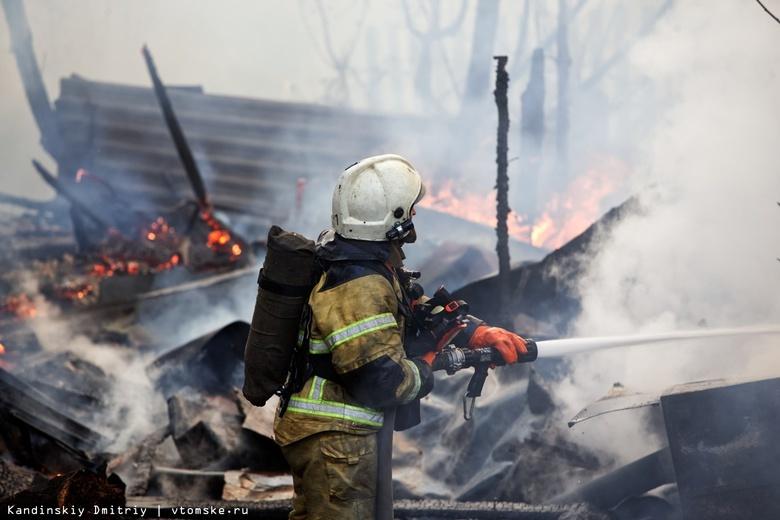 Склад картонных коробок сгорел в Томске