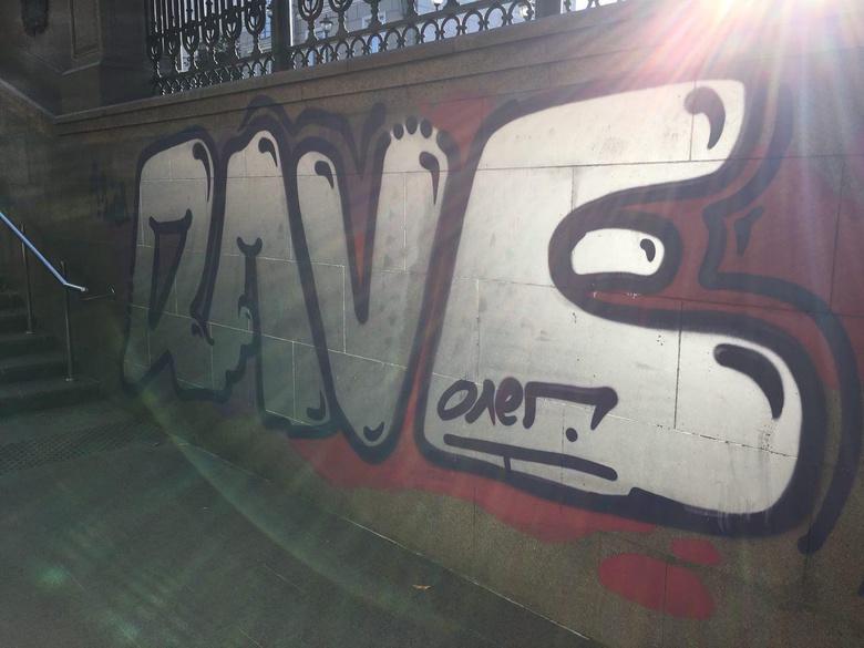 Неизвестные нарисовали 2 граффити на подпорной стенке в Томске