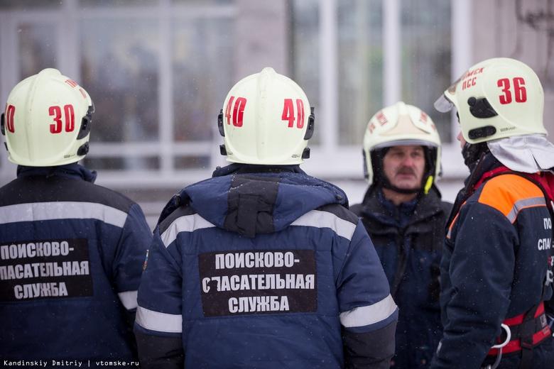 Мужчина застрял между гаражом и деревом в Томске