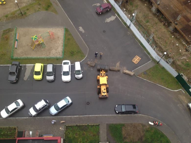 Народные новости: дорога через парковку (видео)