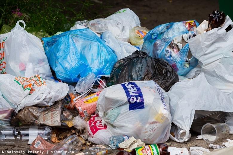 Ремонт мусоровозов привел к большому скоплению отходов в Томском районе