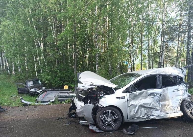 Ребенок и двое взрослых пострадали при столкновении трех авто под Томском