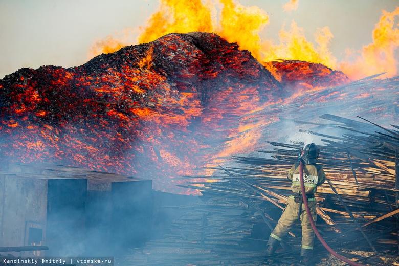 Четыре часа тушат пожарные загоревшиеся пиломатериалы на окраине Томска