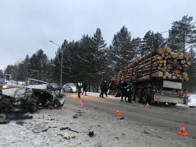 ВАЗ столкнулся с лесовозом возле Кузовлево. Водитель погиб на месте