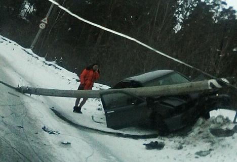 В Томске опора ЛЭП упала на въехавший в нее Nissan