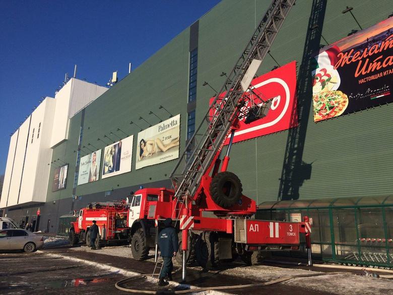 Посетителей ТРЦ «Изумрудный город» в Томске эвакуировали из-за возгорания крыши здания