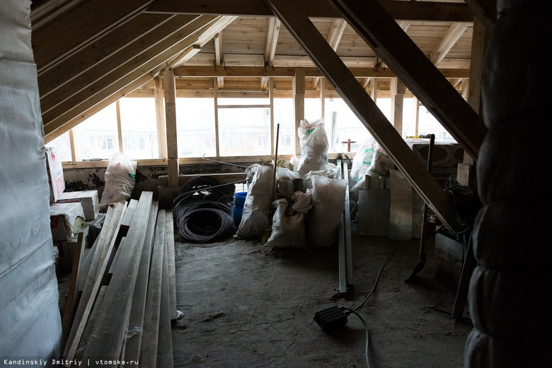 Срочный ремонт делают в доме по Иркутскому тракту из-за угрозы обрушения крыши