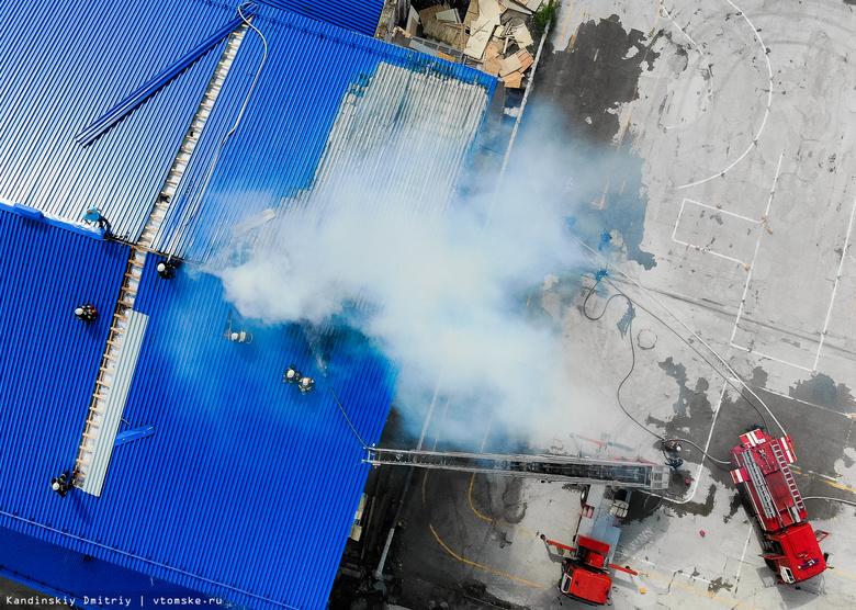 Крыша здания фирмы «АртЛайф» горит в Томске