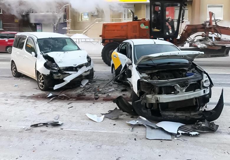 Троих увезли в больницу после столкновения двух машин и маршрутки в Томске