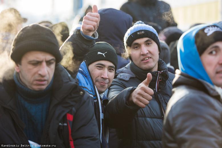 Мигранты рассказали, как со 2 января стояли за разрешением на пребывание в Томской области
