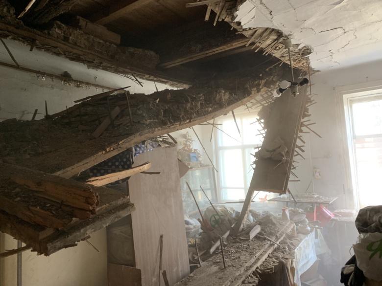 Обрушение потолка произошло в столетнем жилом доме Томска