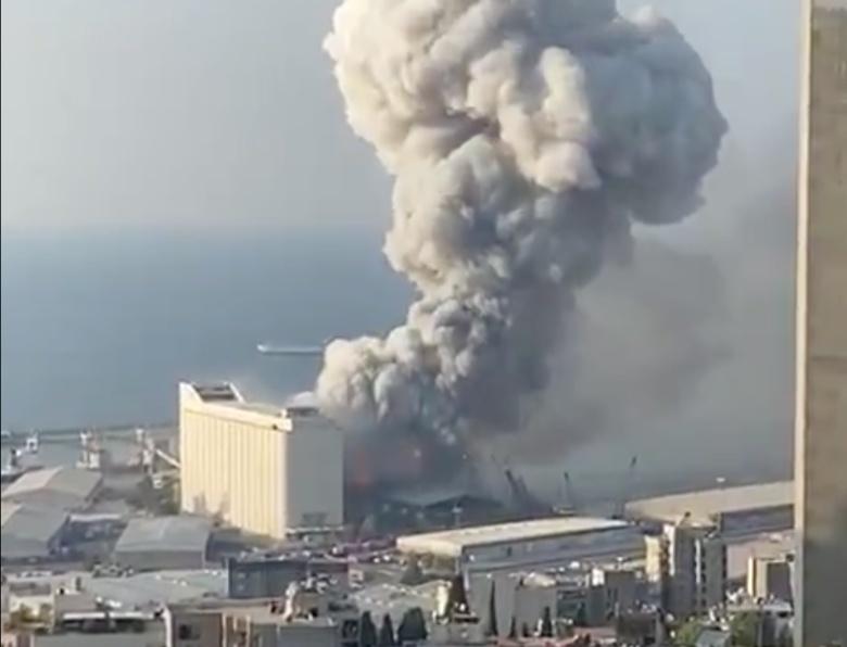 Мощный взрыв прогремел в Бейруте (видео)