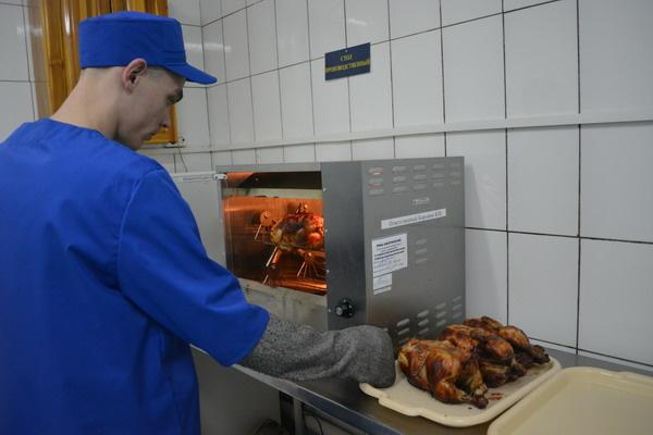 Печи для приготовления куриц-гриль установят во всех томских колониях к концу 2017г