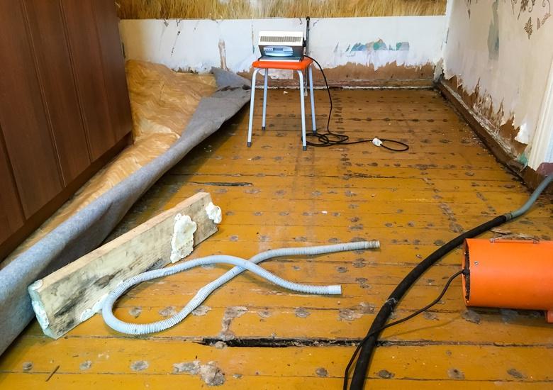 Детские вещи, шкаф и обои: что пострадало в подтопленном доме на Ангарской в Томске