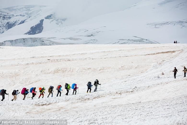 Томич помогает путешественнику без ног взобраться на вершину Гималаев