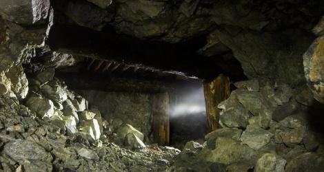 Судебные приставы завалили вход в старую шахту в забайкальском селе, где местные жители незаконно добывали золото