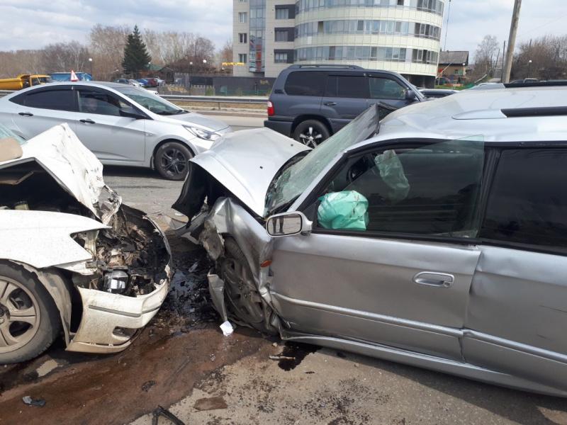 Два человека пострадали после столкновения четырех авто в Томске
