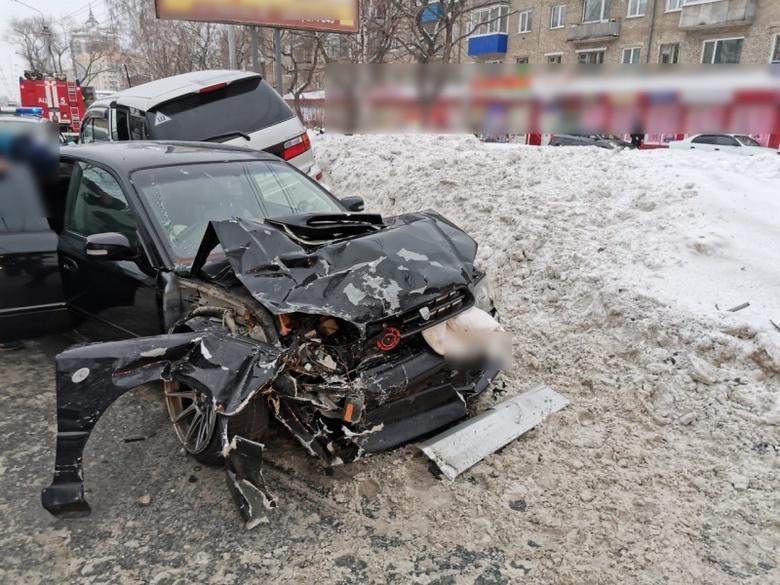Две иномарки столкнулись на Иркутском, водители в больнице